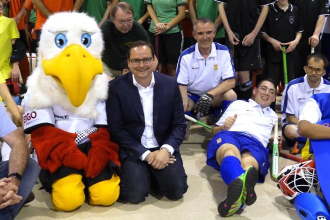 Oberbürgermeister Thomas Kufen besucht das Internationale Hockeyturnier des ETB Schwarz-Weiß Essen für geistig behinderte Menschen.