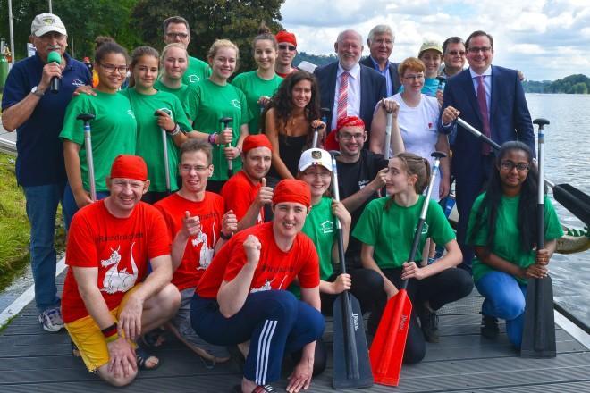 """Oberbürgermeister Thomas Kufen (rechts) eröffnete offiziell das 11. Integrative Drachenbootrennen auf dem Baldeneysee. Mit auf dem Foto die """"Ruhrdrachenn"""" der Franz Sales Werkstätten, Essen mit Betreuerinnen und Betreuer."""