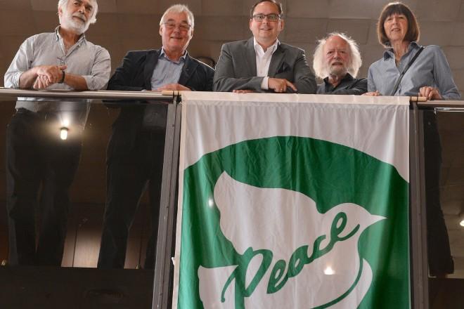 Fünfter Flaggentag der Bürgermeister für den Frieden v.l.n.r : Mehmet Bingöllü, Alfred Keienburg,Oberbürgermeister Thomas Kufen, Bernd Brack und Monika Jennis