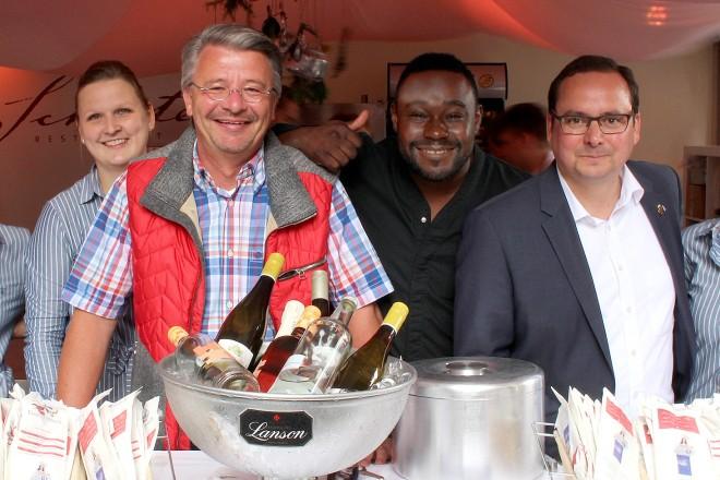 """Oberbürgermeister Thomas Kufen (2. v. r.) mit Nelson Müller (M.) und Rainer Bierwirth (3. v. l.) auf der Gourmetmeile """"Essen... verwöhnt"""". Foto: Stadt Essen, Presse- und Kommunikationsamt (14.07.2016)"""