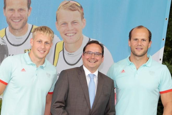 Oberbürgermeister Thomas Kufen (Mitte) verabschiedet die Essener Kanuten Max Rendschmidt ( links )und Max Hoff nach Rio de Janeiro