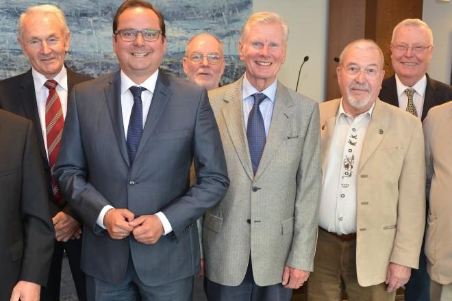 50 Jahre nach dem Studienabschluss trafen sich die Absolventen der ehemaligen Staatlichen Ingenieurschule im Essener Rathaus. Oberbürgermeister Thomas Kufen (3.v.l.) begrüßte die Gäste in der 22. Etage des Rathauses.