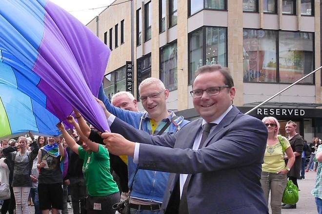 Oberbürgermeister Thomas Kufen (rechts) beim Essener Christopher Street Day.