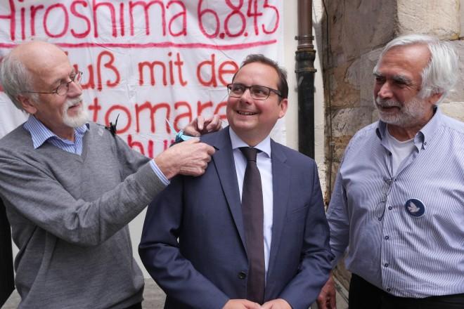 """Oberbürgermeister Thomas Kufen (Mitte) und Dr. Werner Strahl von den """"Internationalen Ärzten zur Verhütung des Atomkrieges"""" (links) mit Mehmet Bingöllü vom Essener Friedensforum."""
