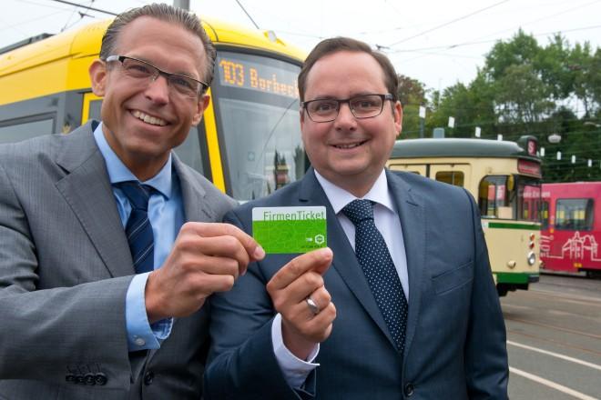 Michael Feller (links), Vorstandsvorsitzender der Essener Verkehrs AG (EVAG), überreicht Oberbürgermeister Thomas Kufen ein Firmenticket.