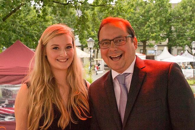 Oberbürgermeister Thomas Kufen mit der Sopranistin Julia Wirth auf der 19. Musikalisch-Kulinarischen Meile in Kettwig. Foto: Ralf Schultheiss