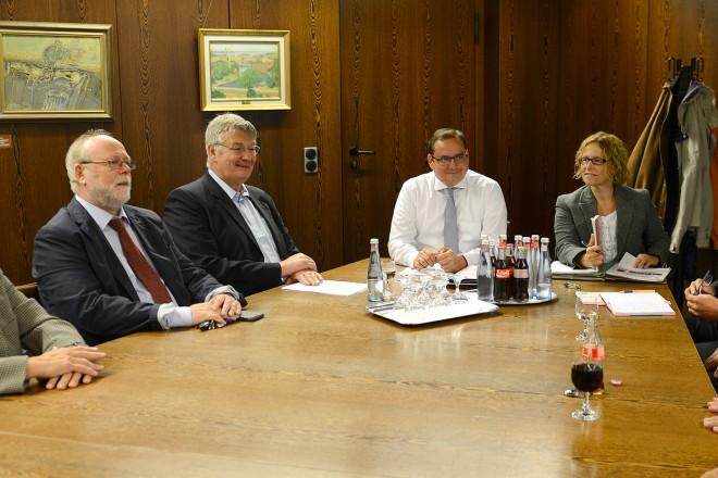 Oberbürgermeister Thomas Kufen ( 4.v.l ) im Gespräch mit dem Vorstand des Stadtverband Essen der Kleingärtnervereine e.V.