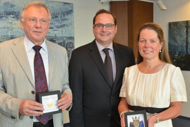 Oberbürgermeister Thomas Kufen (Mitte) verleiht die Ehrenplakette der Stadt Essen an die Ratsmitlieder Manfred Reimer und Barbara Soloch. Foto: Peter Prengel
