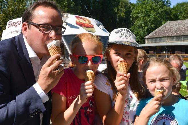 Oberbürgermeister Thomas Kufen spendiert Kindern auf der Jugendfarm Kuhlhoffstraße ein Eis.