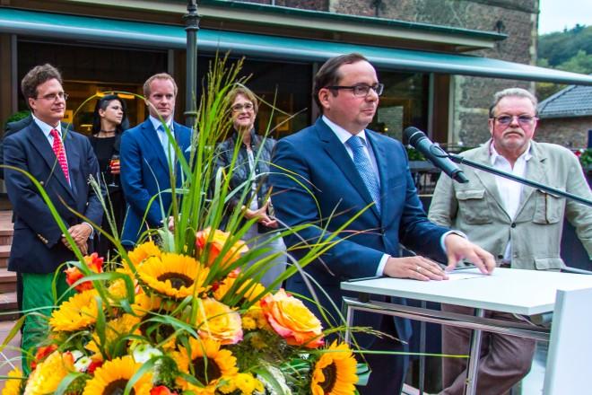 Oberbürgermeister Thomas Kufen (2.v.r.) gratuliert zu 30 Jahren TOP-Magazin Ruhr. Links Herausgeber Ralf Schultheiß, Verlagsgeschäftsführerin Barbara Schüler (2.v.l.) und Baron von Fürstenberg (4.v.l.).