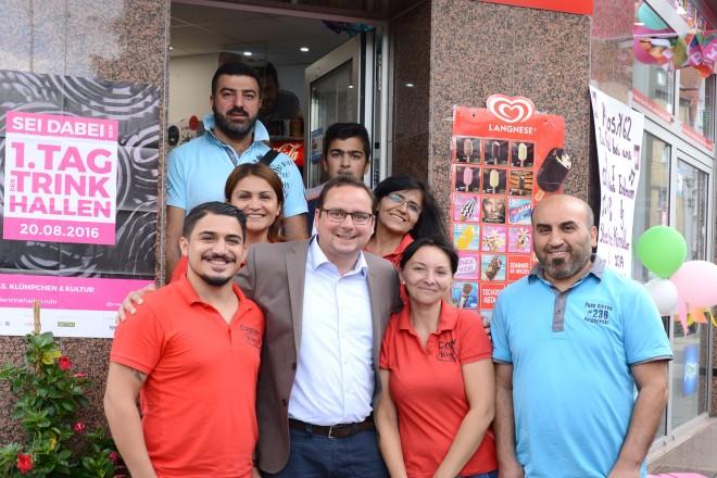 Oberbürgermeister Thomas Kufen ( 3.v.l ) besucht zum Tag der Trinkhallen den Kiosk 62 der Familie Ates auf der Rellinghauserstraße.