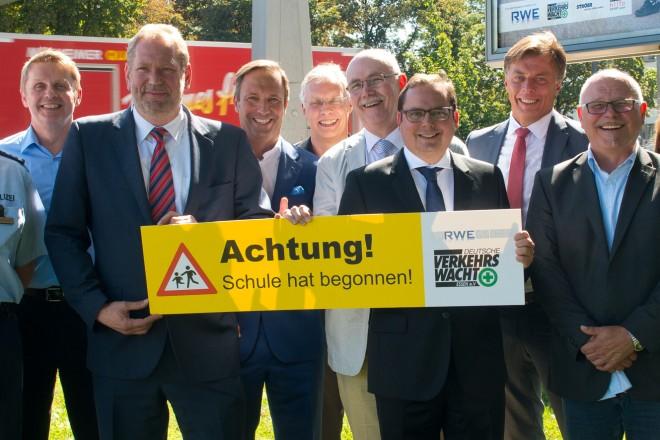 Achtung! Schule hat begonnen. Oberbürgermeister Thomas Kufen (MitteI mit Vertretern der beteiligten Kooperationspartner beim Pressetermin an der Alfredstraße Ecke Norbertstraße.