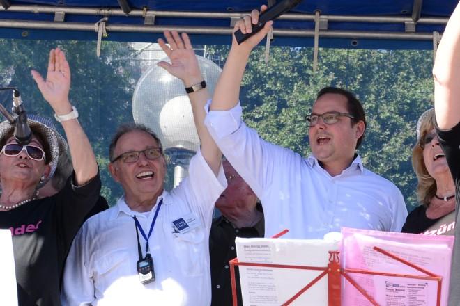 """Oberbürgermeister Thomas Kufen ( 3.v.r. ) und Alfred Steinhoff ( 4.v.r ) Vorsitzender des Seniorenbeirates und die Gesangsgruppe """" Die Spätzünder """" bei der Eröffnung des """" Tag der älteren Generation """"."""