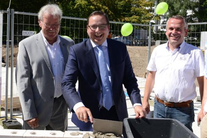 Oberbürgermeister Thomas Kufen (Mitte) unterstützt die Belia bei der Grundsteinlegung des Alten- und Pflegeheims an der Klapperstraße.
