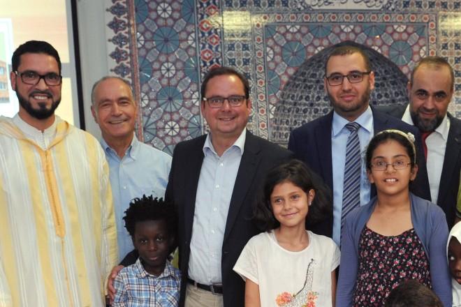 Oberbürgermeister Thomas Kufen (4.v.l.) besucht die Al Faruq Moschee im Rahmen eines Kinder-Sommerfestes.