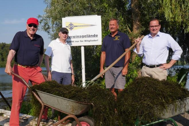 Oberbürgermeister Thomas Kufen (2.v.r.) besucht den Yachtclub Ruhrland anlässlich des Aktionstages zur Pflanzenbekämpfung auf dem Baldeneysee.