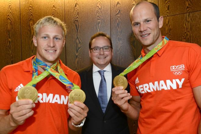 Oberbürgermeister Thomas Kufen begrüßt die Kanu-Olympiasieger Max Hoff (rechts ) und Max Rendschmidt ( links ) im Essener Rathaus.