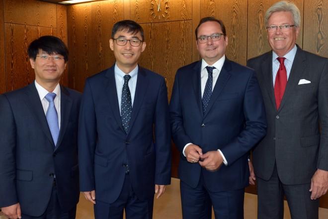 Oberbürgermeister Thomas Kufen (2.v.r) empängt den koreanischen Generalkonsul Chang Rok Keum (2.v.l.). Mit auf dem Foto der koreanische Konsul Kyong-chyan Joo (links) und Dr. Dietmar Düdden (rechts), Geschäftsführer der Essener Wirtschaftsförderung