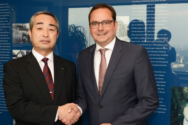 Oberbürgermeister Thomas Kufen (rechts) begrüßt den Vize-Gouverneur Thoshiyuki Hata aus Fukushima.