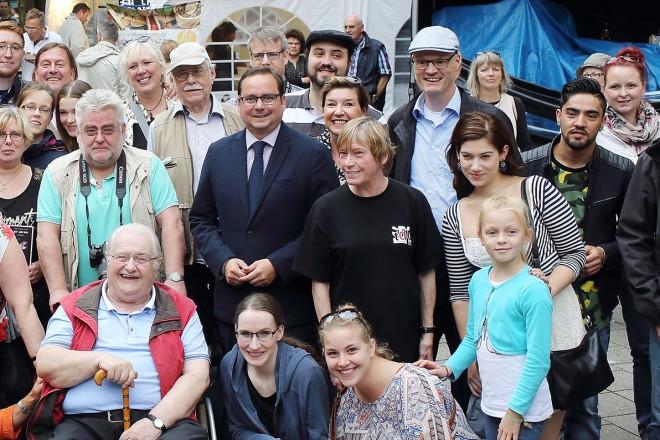 Oberbürgermeister Thomas Kufen (mitte) besucht die Revue der Studiobühne mit dem Theater Vera aus Nishnij Nowgorod.