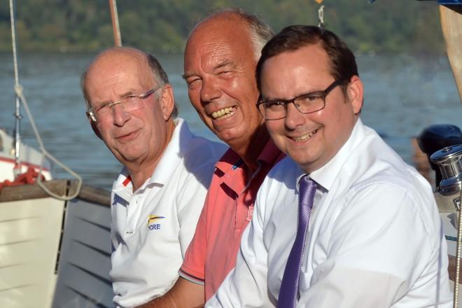 Oberbürgermeister Thomas Kufen (rechts) eröffnet die Essener Segelwoche. Mit Auf dem Foto: Jürgen Reichardt (2.v.r.), Vorsitzender der Segelkameradschaft Essen-Heisingen (SKEH), Ausrichter der Segelwoche und Hans-Walter Fink, Voritzender der Wettfahrgemeinschaft.
