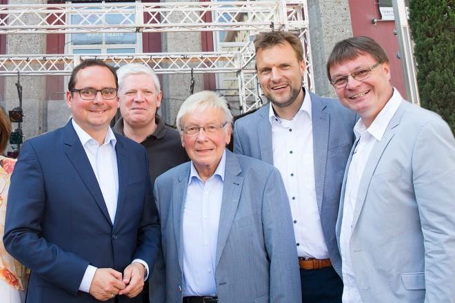 Oberbürgermeister Thomas Kufen Mitte) eröffnet das Theaterfest.