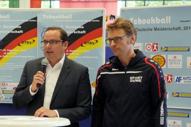 Oberbürgermeister Thomas Kufen (2.v.r.) eröffnet die Deutsche Meisterschaft im Tchoukball in der Sporthalle am Hallo