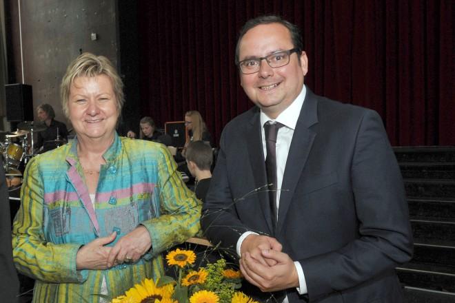 30 Jahre Frida-Levy-Gesamtschule. Auf dem Foto v.l.: Berthold Kuhl (Schulleiter), Sylvia Löhrmann (Ministerin für Schule und Weiterbildung NRW), und Oberbürgemeister Thomas Kufen.