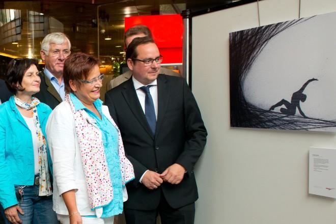"""Oberbürgermeister Thomas Kufen (rechts) eröffnet die Ausstellung """"Wege aus der Depression"""" im Essener Rathausfoyer."""