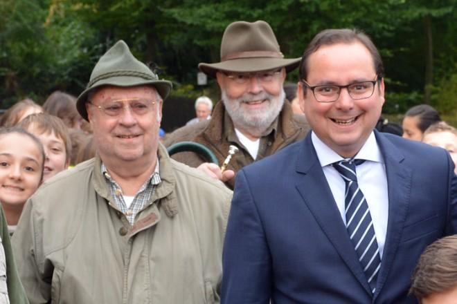 OberbürgermeisterThomas Kufen (Mitte) eröffnet die 25. Waldjugendspiele.