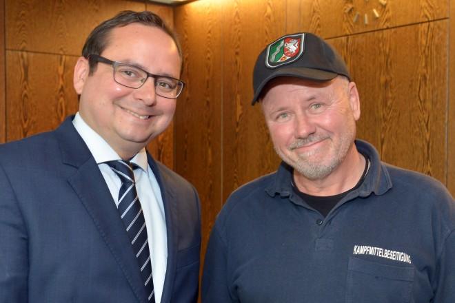 Wenige Tage vor seinem Ruhestand empfing Oberbürgermeister Thomas Kufen (links), Peter Giesecke vom Kampfmittelbeseitigungsdienst. Rechts im Bild Ordnungsdezernent Christian Kromberg.
