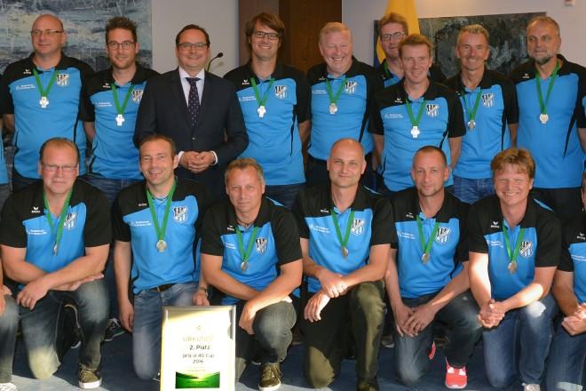 Oberbürgemeister Thomas Kufen (hintere Reihe 6.v.l.) empfängt die Ü 40-Mannschaft der SG Kupferdreh-Byfang.