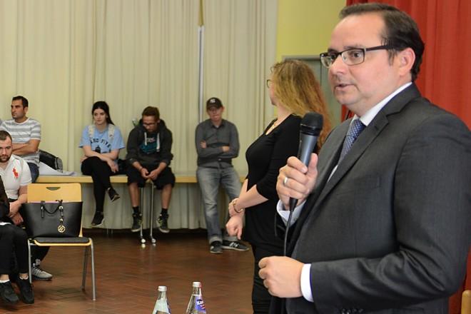 Oberbürgermeister Thomas Kufen bei einer Diskussionsrunde mit Schülerinnen und Schüler der Abendrealschule Essen-Eiberg
