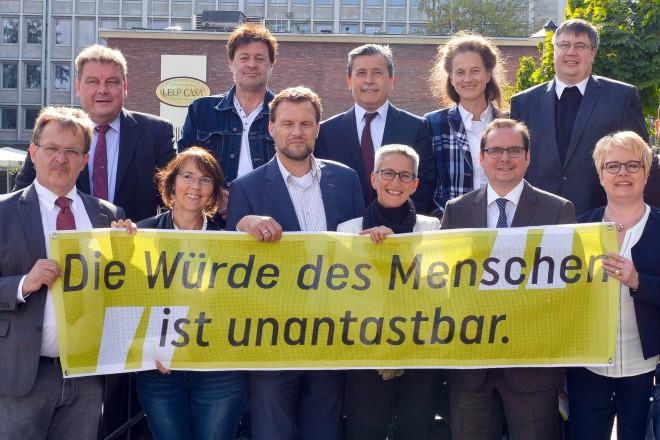 Die Unterzeichner der Essener Allianz für Weltoffenheit , Solidarität, Demokratie und Rechtsstaat - gegen Intoleranz, Menschenfeindlichkeit und Gewalt.