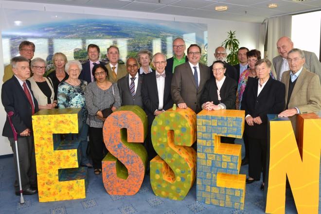 Oberbürgermeister Thomas Kufen (4.v.r.) empfängt Essener Stifterinnen und Stifter in der 22. Etage des Rathauses.