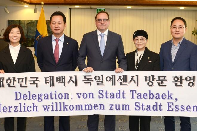 Oberbürgermeister Thomas Kufen ( Mitte ) empfängt den koreanischen Oberbürgermeister Yeon-Sik Kim (3.v.l ) mit einer Delegation aus Taebaek