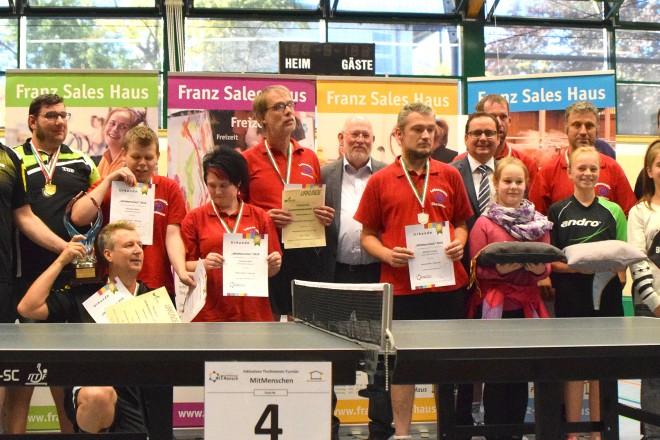 """Oberbürgermeister Thomas Kufen ( 8.v.r ) bei der Siegerehrung des """" 8.Inklusiven Tischtennis-Tuniers MitMenschen """""""