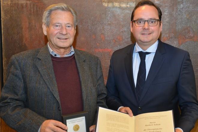 Oberbürgermeister Thomas Kufen verleiht die Ehrenplakette an Norbert Schick.