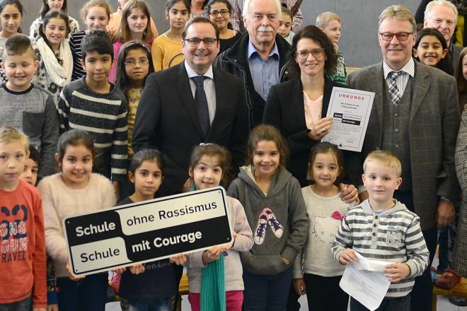 """Oberbürgermeister Thomas Kufen (Mitte links ) nimmt an der Titelvergabe """"Schule ohne Rassismus - Schule mit Courage """" an der Schule an der Viktoriastraße teil."""