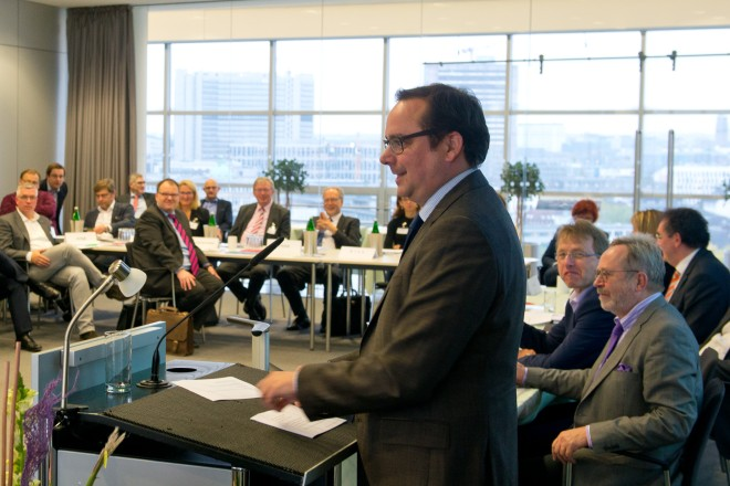 Oberbürgermeister Thomas Kufen richtet ein Grußwort an die Teilnehmerinnen und Teinehmer des Kongress der Wirtschaftsförderung- und Entwicklungsgesellschaften in der Sparkasse Essen.