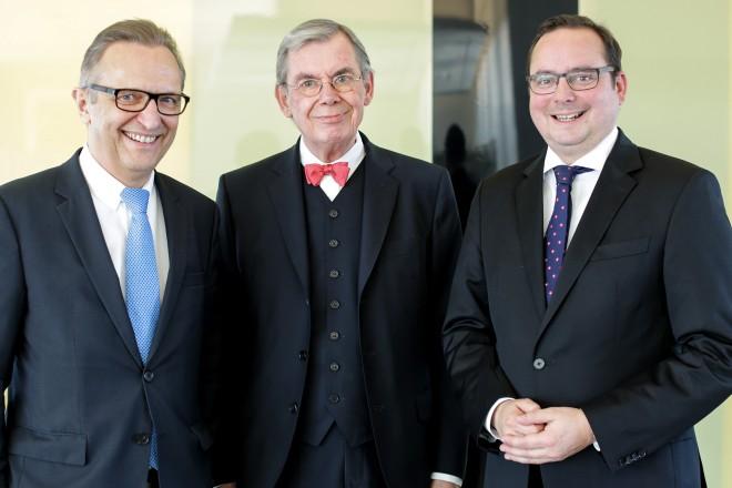 Verabschiedung von Friedrich Kaschub (Mitte) durch Oberbürgermeister Thomas Kufen (rechts) und Sparkassenchef Volker Behr am 31.10.2016.