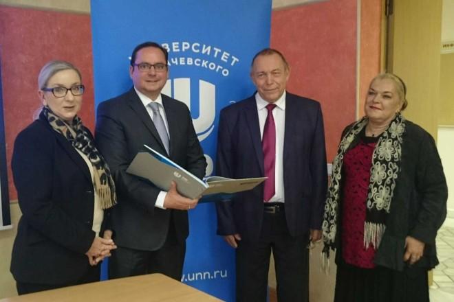 Der Rektor der Lobaschewski Universität, Professor Eigene Chuprunov, begrüßt Oberbürgermeister Thomas Kufen (2.v.l.) und die Essener Ratsfrauen Barbara Rörig (links) und Hiltrud Schmutzler-Jäger (rechts) in Nishnij Nowgorod.