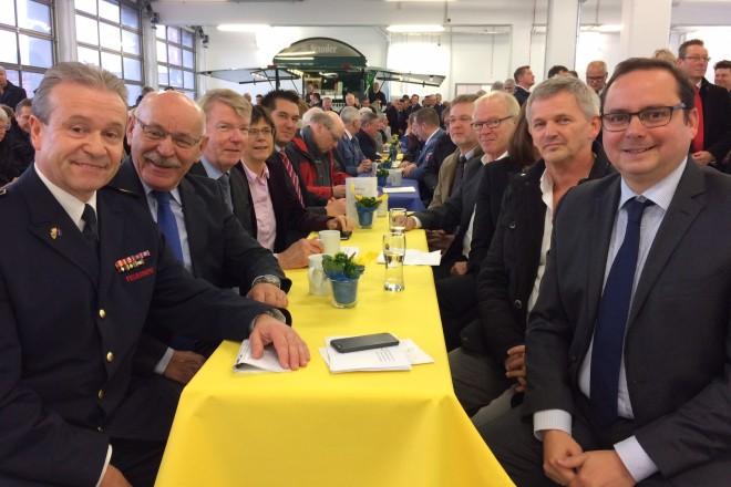 Oberbürgermeister Thomas Kufen (rechts) bei der Einweihung des neuen Ausbildungszentrums der Feuerwehr Essen.