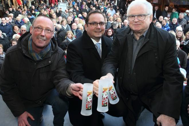 Oberbürgermeister Thomas Kufen (Mitte) erföffnet den Weihnachtsmarkt in Steele. Mit auf dem Foto Bezirksbürgermeister Gerd Hampel (links) und Leon Finger (Organisator). Foto: Georg Lukas