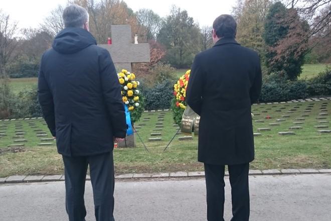 Oberbürgermeister Thomas Kufen (rechts) und Sergej Borov, der Oberstadtdirektor der russischen Partnerstadt Nishnij Nowgorod, bei der Kranzniederlegung