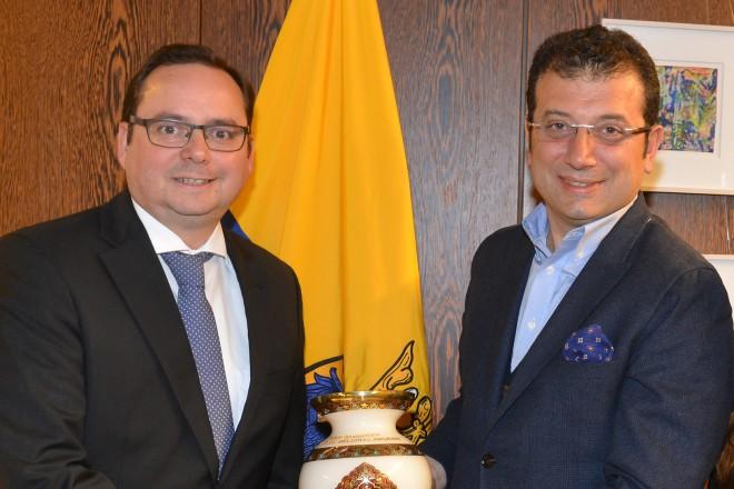 Oberbürgermeister Thomas Kufen empfängt (v.l.n.r.) Ekrem Imamoglu, Bürgermeister der Stadt Beylikdüzü/Istanbul, Gönül Eglence und Adem Cukur.