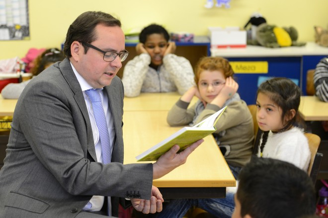 Oberbürgermeister Thomas Kufen beim Vorlesetag in der Münsterschule