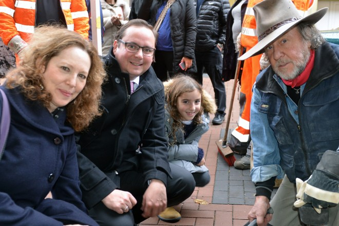 Oberbürgermeister Thomas Kufen mit Angehörigen und dem Künstler Gunter Demnig bei der Verlegung der Stolpersteine in der Turmstraße 17.