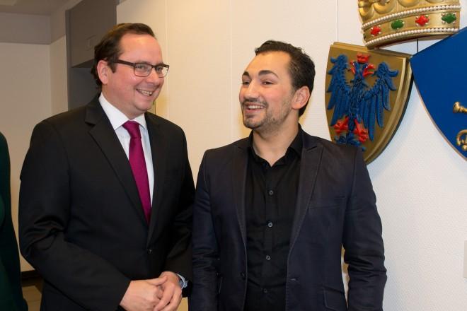 Zertifizierung ehrenamtlich tätiger Jugendlicher - Oberbürgermeister Thomas Kufen mit den beiden Moderatoren Cahrin Zimmermann und Ajdin Mehmeti.