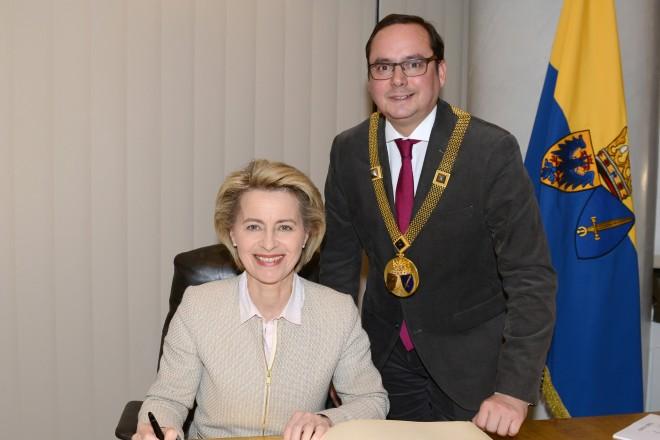 Anlässlich des Empfangs für die Mitglieder des KPV trägt sich Bundesverteidigungsministerin Ursula von der Leyen in das Stahlbuch der Stadt Essen ein.